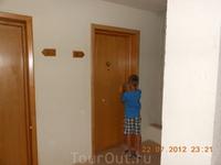 Никита открывает дверь в наш номер