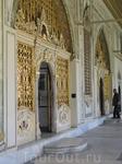 во дворце кроме стен ничего не осталось, но и они поражают великолепием