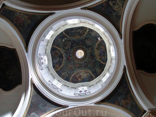 Купол церкви расписан братьями Luis, Alejandro y Antonio González Velázquez, росписи изображают сцены жизни Девы Марии и аллегории Добродетелей.