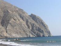 На черном пляже Периссы. Эта гора отдаленно напоминает Аю-Даг в Крыму, только безлесная