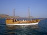 Теплоходная экскурсия к Кара-дагу. Экскурсионные судна курсируют вдоль берегов и в бухтах.