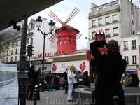 """Знаменитая Мулен-руж вовсе не застывший """"памятник"""".  она просто ЕСТЬ, украшает обычную парижскую улицу работает, как говорил гид, в основном """"на русских ..."""