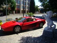Городок Маранелло. Повсюду знаменитые красные машины.