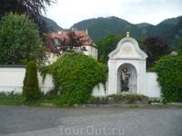 Бенедиктинский монастырь(действующий),построен королем Людовиком Баварским.Почти полностью сгорел при пожаре,вновь отстроен по старым чертежам.