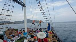 """Веселый экипаж яхты """"Джет Синбад"""" развлекает гостей. Ребята не только хорошие мореходы, но и прекрасные артисты!"""