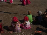 Уставшая на солнцепёке малышня тоже увлечена выступлением. Может, через несколько лет и они будут выступать на этой сцене.