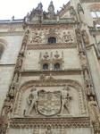 Даже внешне эта капелла выделяется богатым декором стен. Кстати, вот эта композиция из двух персонажей, держащих герб, мне очень напомнил декор дворца ...