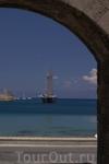 Портовые ворота Родоса, как распахнутый занавес приглашают полюбоваться морем и портом Мандраки