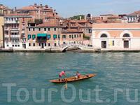 в Венеции можно встретить всякие плавсредства, кто на чём...