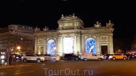 Время смотреть иллюминацию. Конечно, тем, кто гулял по украшенной Москве, это может показаться скромным и не очень праздничным. Но во-первых, в Испании ...
