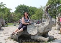 Рядом со слоновником находится целое стадо каменных сородичей. Здесь раздолье для китайской детворы, ну и взрослые не отстают, с удовольствием фоткаются ...