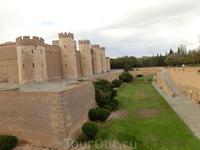 Дворец был построен в 1065 - 1081гг по приказу правителя Abú Ya'far Ahmad ibn Sulaymán al-Muqtadir Billah, более известного как Al-Muqtadir, (Могущественный) ...
