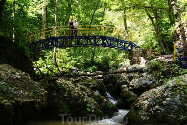 Спуск оборудован металлической лестницей.Вообще надо сказать,что половина маршрута хорошо оборудована для легкой пешей прогулки по долине ручья,здесь есть и уложенные дорожки,и мостики,и помосты,и ограждения.