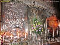 На территории Храма Гроба Господня расположено несколько действующих монастырей, он включает множество вспомогательных помещений и галерей.  Храм разделен ...