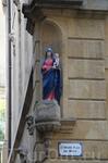 Эта и  другие скульптуры святых украшают многие дома в старом городе.
