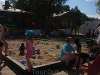 Как водится, финны ни за что не забывают об интересах детей - рядом с готовыми песчаными  фигурами разместились песочницы для малышей. Финские детишки ...