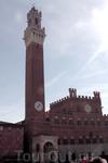 Готоический палаццо Публико со своей 102-метровой башней Торре дель Мангия. На первом этаже палаццо располагается Городской Совет.