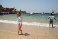 дети на пляже о-ва Горэ
