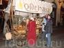 Иногда на улицах можно встретить вот такие телеги, с которых продают сладкий мендаль в специях. Данная телега принадлежит ресторану Olde Hansa, в который ...
