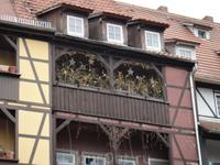 Домик на мосту.Как всегда, напоминает начало  старой - старой сказки.На  балконе  - украшения к  будущей Пасхе.