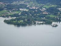 Вид на озеро и оба замка из окна фуникулера