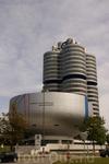 Здание музея и штаб-квартира, сделанная в виде поршня.