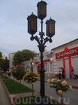 Улица с красивыми розами и фонарями