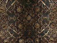 Со времен Католических королей сохранилось не только резные каменные украшения, сохранились потрясающие потолки, созданные умелыми руками арагонских мастеров ...