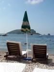 Лежаки на фоне острова Св. Николая