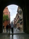 Между башнями, под соединяющей их зубчатой стеной, находится полукруглая въездная арка, отмеченная валенсийским гербом. Круглыми башни ворот выглядят только ...