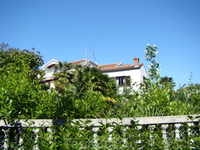 Типичный пейзаж, небольшая вилла, похоже  венецианский стиль?, в окружении сада, утопающего в  зелени средиземноморской флоры.