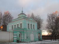 Спасо-Вознесенский женский монастырь. Не знаю, что это за здание, но принадлежит монастырю.