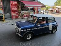 Греки экономят на бензине, поэтому там много маленьких машинок