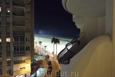 ночной вид на пляж с балкона отеля