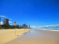 На пляже (красно-желтые флаги - можно купаться)