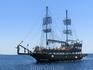 По пути встретили вот такой очаровательный пиратский корабль.