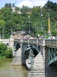 А вот это сооружение стало для меня настоящим открытием в эту поездку - Чехов мост. Один из самых коротких мостов через Влтаву - всего 170 метров. Назван вовсе не в честь А. П. Чехова, а крупнейшего ч