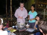 По пути с Най Харна мы забрели в замечательную кафешку, где просидели часа 2. Девушка показывает, как надо жарить морепродукты.
