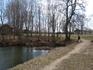 Одинокий художник за работой на берегу среднего пруда.