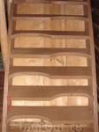 а это ступеньки в доме из копчёных брёвен, привезённом из Зеленогорска: очень удобные ступеньки, почему везде такие не делают..?