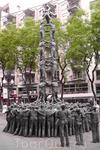 """Монумент """"Als Castells"""" там же на Рамбле Нова."""