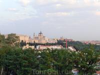 Из парка хорошо виден Собор Альмудены и Королевский дворец.