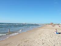 Лежа на пляже, можно наблюдать за кораблями, входящими в порт
