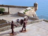 На территории крепости то тут, то там встречаются вот такие металлические рыцари, защищающие твердыню.