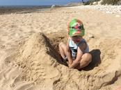 А кое-кто опять закапывается в песок на пляже острова
