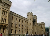 В этом неказистом здании внутри Тауэра демонстрируются самые-самые сокровища Короны. Королевские короны, скипетры, державы с вделанными в них самыми большими ...