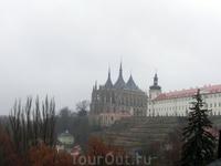 Вид из города на собор святой Варвары.