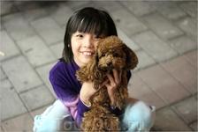 Случайный прохожий ребенок с собачкой