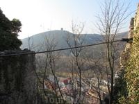 вид на замок на соседней горе