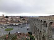 Со смотровой площадки над акведуком открывается красивый вид на сам акведук, вторую половину площади Азогуэхо, на открывающуюся вдали горную гряду Сьерра-Гуадаррама ...